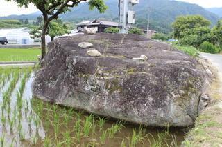 田んぼの中にある大きな石