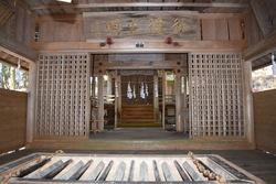 富岡鉄斎の書が掲額されている社殿