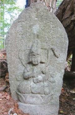 風越山三十三所観音像の一つに一色村の石仏(飯田市鼎一色)