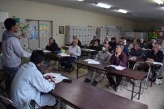 シルバー人材センター会員がりんごの摘花・摘果を学ぶ