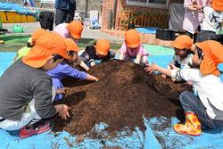 土の感触を楽しむ園児たち