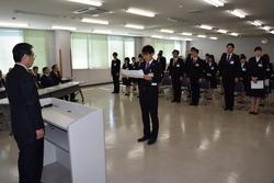 新入職員代表あいさつを行う高見澤真太さん