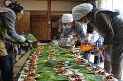 朴葉寿司を作る参加者