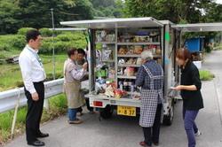 移動販売の様子を視察する福島マネージャー