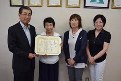 受賞した龍口さん(左から2番目)と田内組合長(左)支部長の大澤美子さん(右から2番目)女性部遠山幸江部長(右)