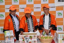 抽選を行う小林常務・松澤会長・木下副会長