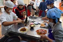 小学生が生地から作るピザ作りを体験