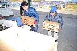 市田柿の初出荷をする生産者