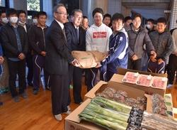 飯田高ラグビー班へ農畜産物を贈呈する那須課長㊧と田内組合長(㊧2番目)