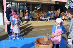園児が自ら育てたお米で餅つき大会
