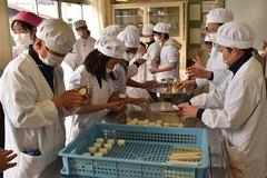 五平餅づくりを小学生が体験
