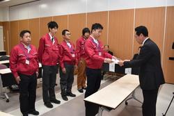 唐澤社長から辞令を受ける研修生