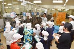 市田柿作りを前に行程を学ぶ 市田柿工房を高森南小4年生が見学