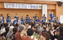 唱歌「故郷」に合わせた手話を披露する飯田市千代ミニデイの皆さん