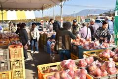直営3直売所のりんご祭りが盛況