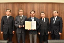 受賞報告に訪れた井原部会長(中央)、宮澤副部会長(左から2人目)