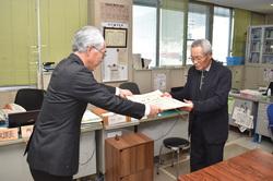 表彰状を受け取る宮澤さん(右)
