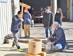地元の子供が伝統行事を体験、農作を願い、繭玉・餅花づくり