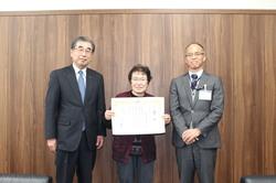 田内組合長(左)に受賞報告を行う鈴木さん(中央)、鼎支所原澤支所長(右)