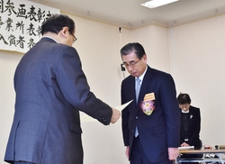 表彰状を受ける田内組合長
