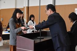 田内組合長から修了証を受け取る受講生