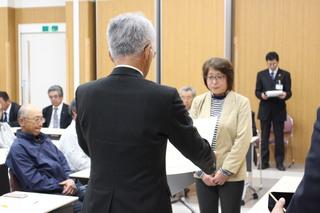 表彰を受ける佐藤恭子さん(妻)