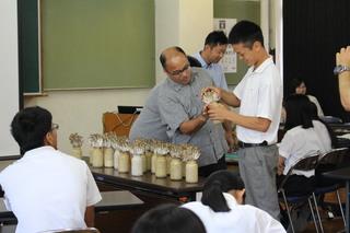 ブナシメジの収穫を教える丸山清士さん