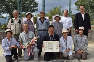 準優勝の福島チームと年金友の会役員、JA役員