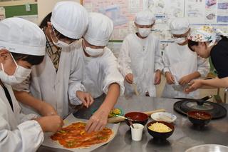 スピカと児童のピザ作り
