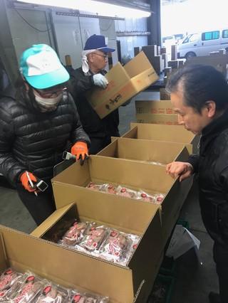 出来を確認しながらの市田柿の出荷作業