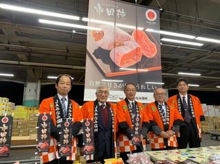 大果大阪青果で市田柿をPRする常盤部会長(左から2人目)、中村常務(中央)