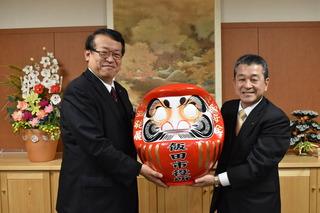 福だるまを手にする牧野市長(左)と寺沢組合長(右)