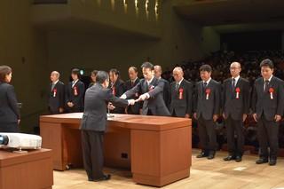 寺沢組合長から表彰を受ける職員