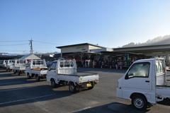 開店前に人と車の長い列 営農資材店の初売り