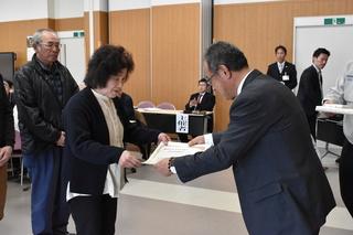第3回ぶどうコンクール(シャインマスカットの部)で最優秀賞を受賞した佐々木高之さんの妻八代子さん