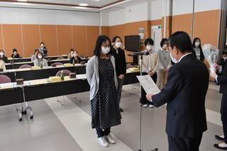 寺沢組合長から修了証を受け取る受講生