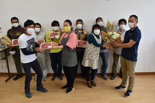 JA高松店から花と牛肉を受け取る青年部上郷班のメンバー