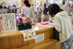 【NEWS】働く職員と利用者を和ませる 飯田市窓口に地元産の生花配置