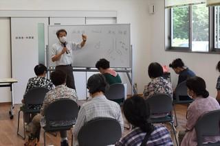 新型コロナウイルスについて説明する松岡所長