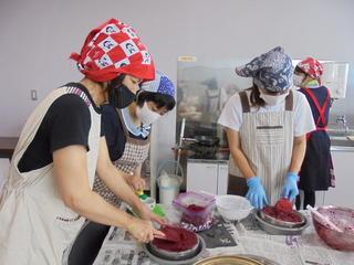大変な漉す作業も会話を楽しみながら行う柿姫クラブ