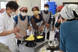 プロの調理法を見学する果樹婦人部員