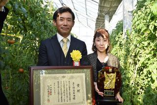 優秀賞を受賞した岡島さん㊧と妻綾香さん