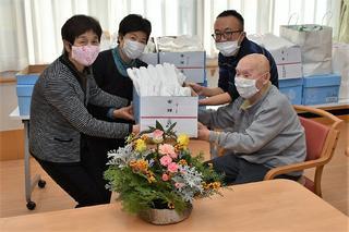 女性部松尾・鼎支部のタオルの寄付(左から渋谷支部長、2番目中村支部長)