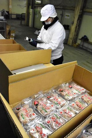 仕上がりを確認しながらの市田柿の格付け作業