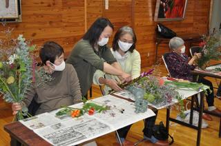 花き農家に教わりながら花束づくり