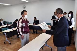 肉牛枝肉の部 最優秀賞の表彰を受ける北沢さん