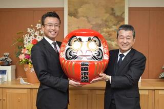 福だるまを手にする寺沢組合長(右)と佐藤市長(左)