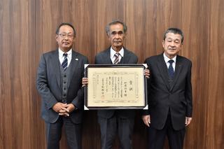 県知事賞受賞をJA役員へ報告する加藤さん(中央)