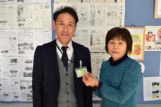 村澤支所長の胸元へシトラスリボンを着ける金田女性部長