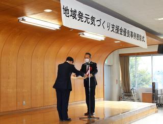 知事賞賞状を授与される澤栁さん